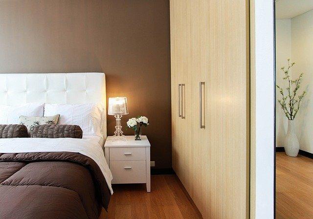 łóżko sypialnia materac poduszka