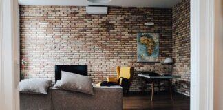 loft wnętrze meble salon cegła