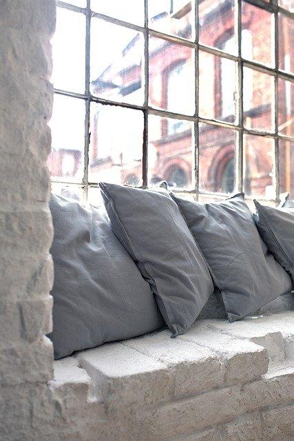 loft wnętrze meble okno poduszki cegła