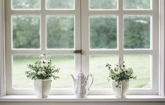 wnętrze boho okno kwiaty dzbanek